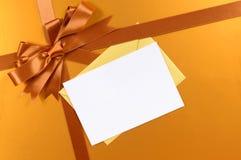 金子圣诞节礼物背景丝带弓、礼物标记或者标签,拷贝空间 免版税库存照片