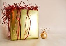 金子圣诞节装饰品和金子圣诞节礼物 图库摄影
