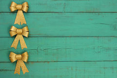 金子圣诞节鞠躬边界古色古香的绿色老被风化的木背景 免版税图库摄影