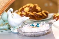 金子在一块水晶板材的婚戒在仪式、家庭、婚礼传统和墙壁上的婚礼前的注册处 免版税库存照片