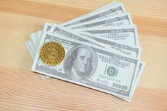 金子在一100美元钞票安置的Bitcoin 数字式货币概念可以用于做网上购买 免版税库存图片