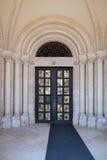 金子在佩奇匈牙利镀了圣皮特圣徒・彼得和圣保罗大教堂入口门  库存照片