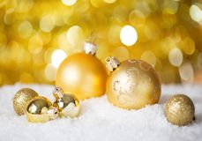 金子在发光的背景的圣诞节球 非常浅景深 选择聚焦 库存照片