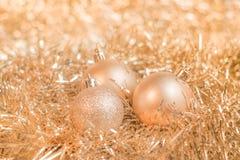 金子在发光的背景的圣诞节球 库存图片