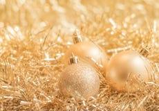金子在发光的背景的圣诞节球 库存照片