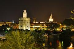 金子在晚上,塞维利亚,西班牙Giralda和塔  免版税库存图片