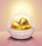 金子在珍珠篮子的复活节彩蛋。 免版税库存照片