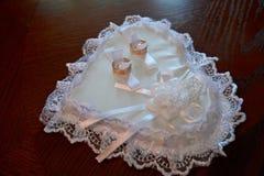 金子在白色坐垫的婚戒以心脏的形式 免版税图库摄影