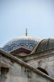 金子在盛大义卖市场附近月牙冠上了顶尖臀部瘤/alem在一个清真寺圆顶在伊斯坦布尔有蓝天的在背景中 免版税库存照片