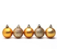 金子在空白背景查出的圣诞节球 库存照片