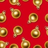 金子在红色背景的新年球无缝的纹理  库存图片