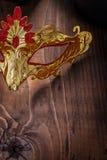 金子在老木板非常接近的色的carnaval面具竞争 免版税库存图片