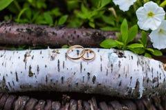 金子在花花束的婚戒新娘的 免版税库存照片