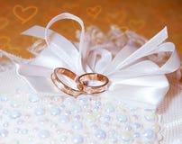 金子在针垫的婚戒 免版税库存图片