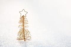 金子在雪的圣诞树装饰 库存照片