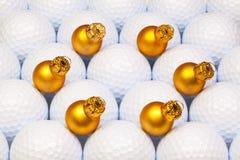 金子在高尔夫球之间的圣诞节装饰 免版税库存图片