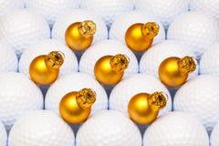 金子在高尔夫球之间的圣诞节装饰 库存图片