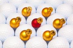 金子在高尔夫球之间的圣诞节装饰 库存照片