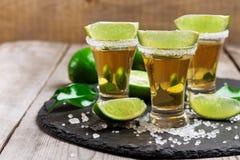 金子墨西哥龙舌兰酒射击 免版税库存图片