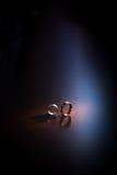 金子对敲响婚礼 免版税图库摄影