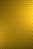 金子或黄铜发光的六角安心金属表面-垂直的背景 库存图片