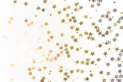 金子担任主角在白色背景的五彩纸屑 库存图片