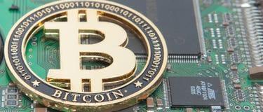 金子特写镜头咬住了硬币、计算机电路板与bitcoin处理器和微集成电路 电子货币,互联网财务ryp 库存图片
