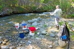 金子的探油矿者摇摄在云杉的小河, BC 库存图片