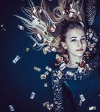 金子的美丽的女孩 金五彩纸屑的金发碧眼的女人 免版税库存照片