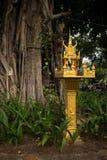 金子精神房子和大树的中景在东南亚 库存照片