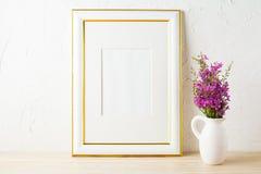 金子装饰了框架大模型和紫色野花在投手 免版税库存照片