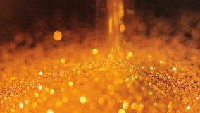 金子闪烁倒下发光的闪亮bokeh装饰 股票录像