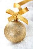 金子闪烁圣诞节中看不中用的物品 免版税库存照片