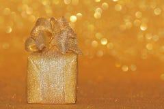 金子闪烁礼物盒 库存照片