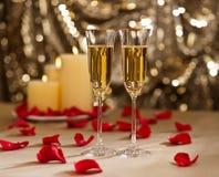 金子闪烁结婚宴会设置用香槟 免版税库存图片