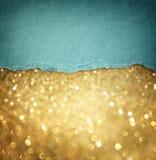 金子闪烁背景和蓝色葡萄酒被撕毁的纸。拷贝空间的室。 库存图片