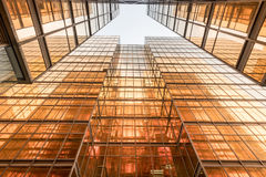 金子颜色办公楼塔门面在商业中心 图库摄影