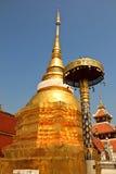 金子颜色塔在Wat在Lampang泰国的Pong Sanook 免版税库存照片