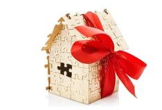 金子颜色房子困惑与红色弓 免版税库存照片