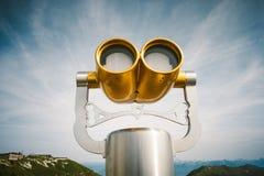 金子颜色旅游双筒望远镜与金钱一起使用 库存图片