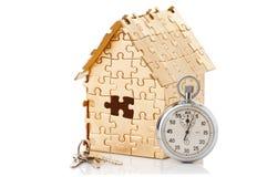 金子颜色的家困惑与秒表 免版税库存图片