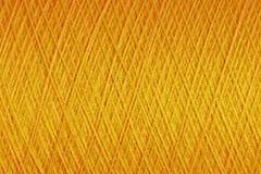 金子颜色综合性螺纹纹理在短管轴的 免版税图库摄影