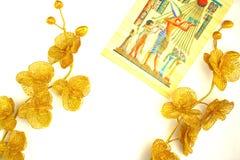 金子颜色,在纸莎草的样式两朵花  免版税库存图片