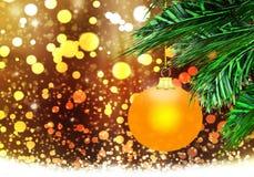 金子黄色圣诞节球背景蓝色雪盘旋 免版税库存图片