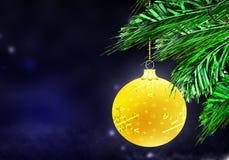 金子黄色圣诞节球背景蓝色雪盘旋 库存照片