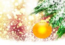 金子黄色圣诞节球背景金雪盘旋 库存图片