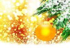 金子黄色圣诞节球背景金雪盘旋 免版税库存照片