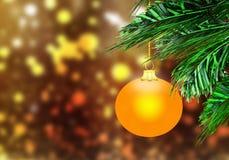 金子黄色圣诞节球背景金雪盘旋 库存照片