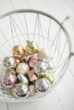 金子,在篮子的银色圣诞节玩具球在木地板上 免版税图库摄影
