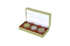 金子,在金黄礼物盒的银铜牌 库存图片